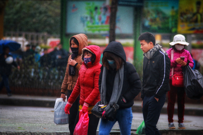 Cận cảnh người Hà Nội co ro trong mưa rét 9 độ C - Ảnh 13.