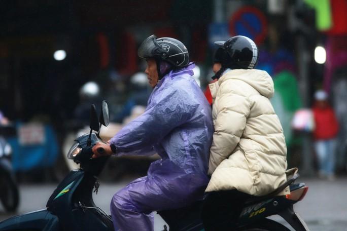 Cận cảnh người Hà Nội co ro trong mưa rét 9 độ C - Ảnh 14.