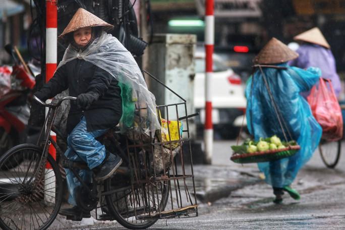 Cận cảnh người Hà Nội co ro trong mưa rét 9 độ C - Ảnh 15.