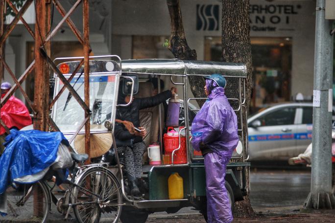 Cận cảnh người Hà Nội co ro trong mưa rét 9 độ C - Ảnh 16.