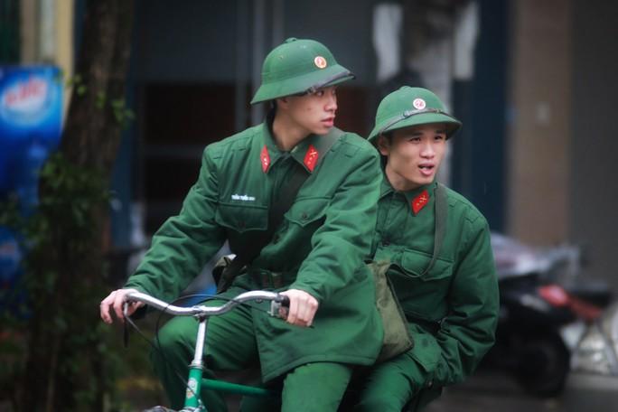 Cận cảnh người Hà Nội co ro trong mưa rét 9 độ C - Ảnh 18.