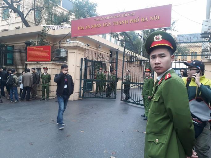 An ninh thắt chặt tại tòa xử ông Đinh La Thăng và đồng phạm - Ảnh 6.