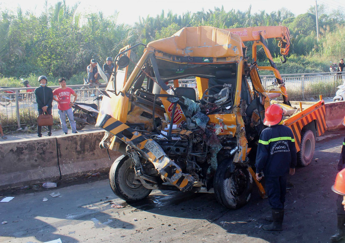 Tai nạn thảm khốc ở cầu Phú Mỹ, 3 người chết - Ảnh 2.