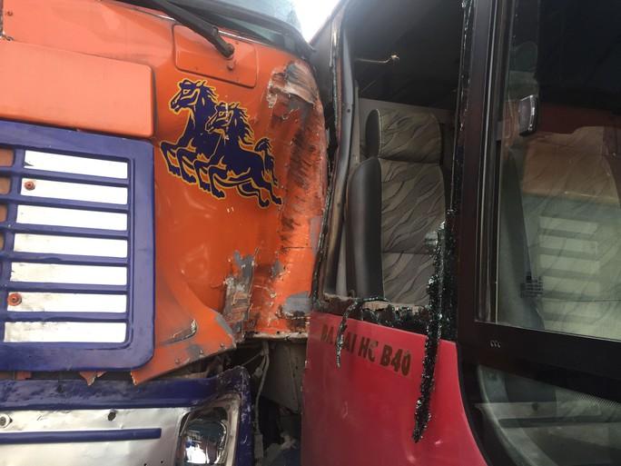 Xe buýt rượt đuổi xe đầu kéo như phim hành động - Ảnh 3.