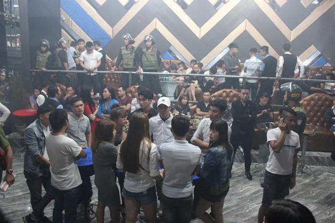 Đột kích quán bar, lòi ra hơn 200 người dính ma túy - Ảnh 1.