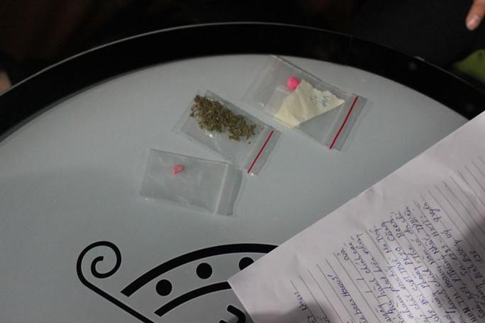 Đột kích quán bar, lòi ra hơn 200 người dính ma túy - Ảnh 3.