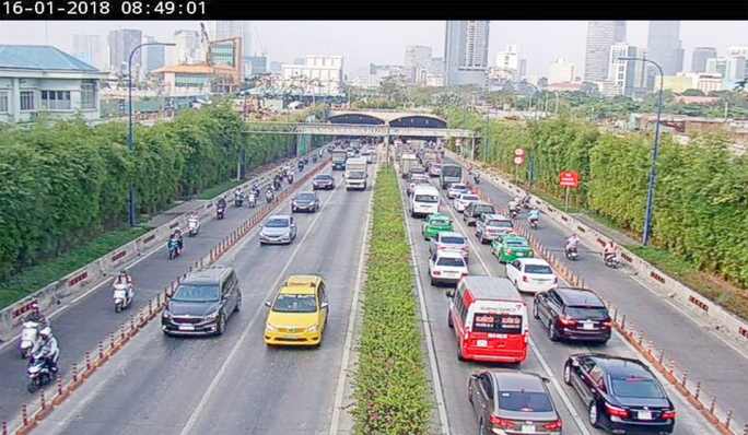 Hàng trăm ô tô bị kẹt ở hầm vượt sông Sài Gòn - Ảnh 3.