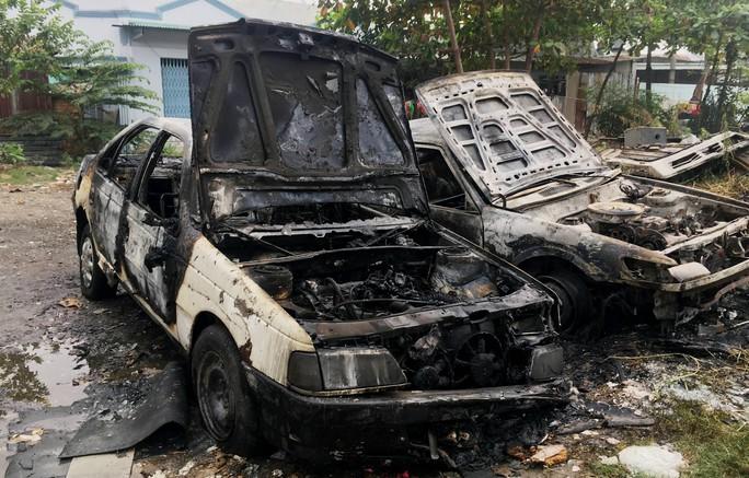 Đốt rác, đốt luôn 2 ô tô - Ảnh 2.