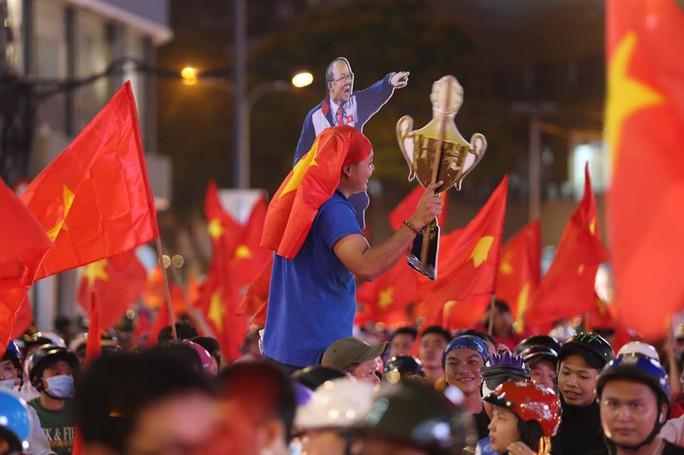 Cả Sài Gòn rực đỏ mừng U23 Việt Nam và HLV Park Hang Seo - Ảnh 33.