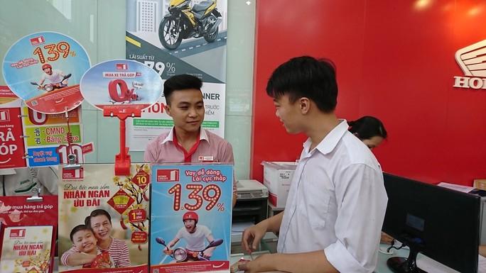 Cho vay trả góp bùng nổ, hàng điện máy tiền triệu dễ như mua rau - Ảnh 1.