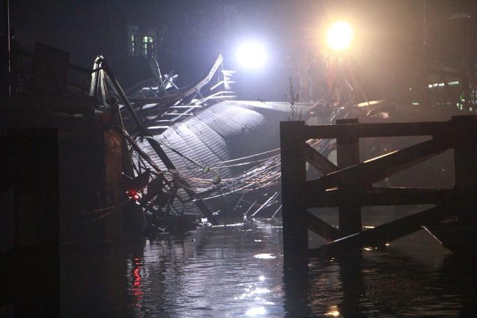 Sập cầu Long Kiển, xe ben và xe máy rớt xuống sông - Ảnh 3.