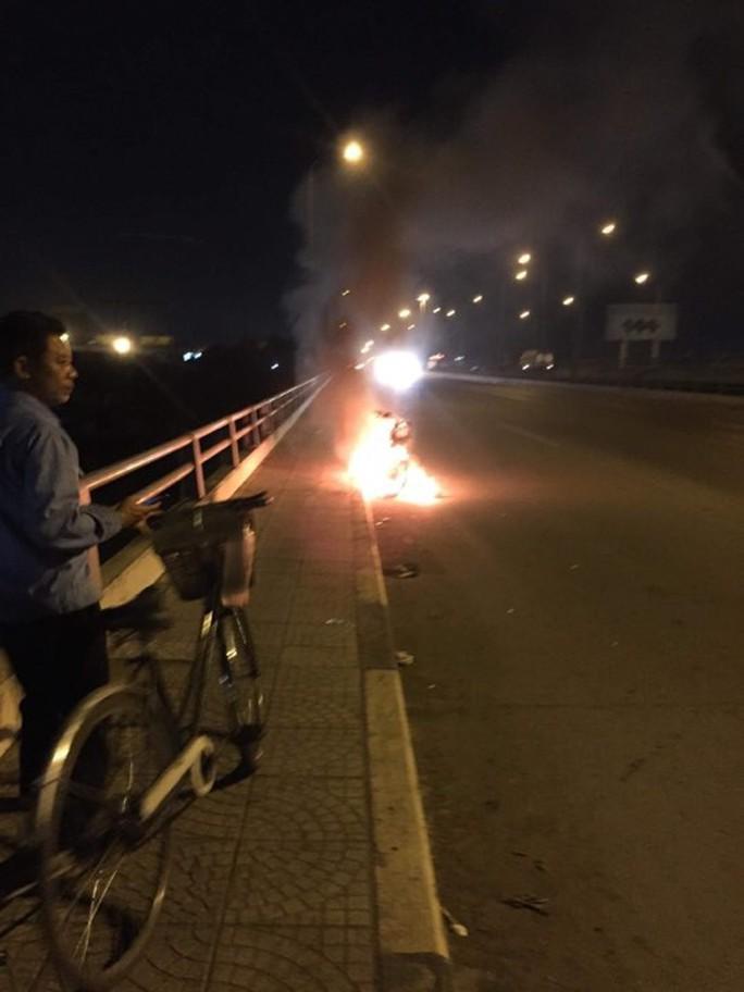Đốt xe, nhảy cầu Đồng Nai tự tử - Ảnh 1.
