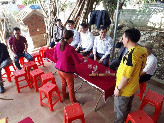 Cha thủ môn Bùi Tiến Dũng mổ lợn đãi dân làng xem U23 Việt Nam - Ảnh 3.