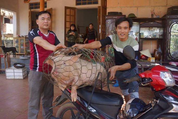 Cha thủ môn Bùi Tiến Dũng mổ lợn đãi dân làng xem U23 Việt Nam - Ảnh 4.
