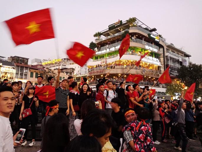 Biển người đổ về hồ Gươm sướng cùng U23 Việt Nam - Ảnh 4.