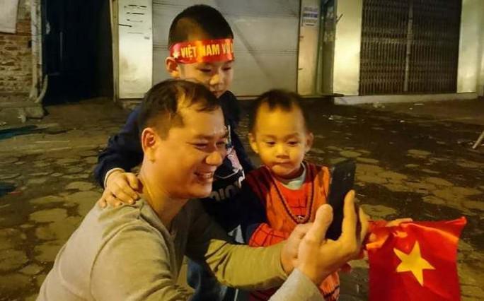 Ngập sắc đỏ mừng chiến thắng nức lòng của U23 Việt Nam - Ảnh 9.