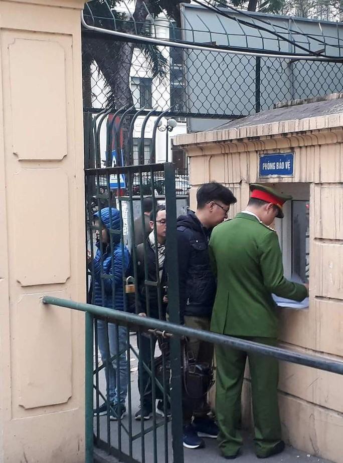 Đoàn xe đưa ông Đinh La Thăng và đồng phạm tới tòa nghe tuyên án - Ảnh 12.
