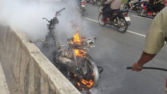 Cháy xe gần cầu Sài Gòn, nhiều người hoảng loạn - Ảnh 2.