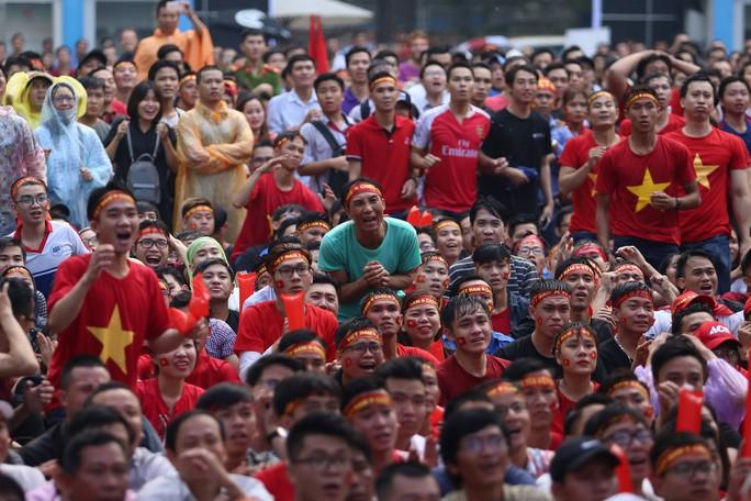 Muôn vạn cảm xúc trước chiến thắng của U23 Việt Nam - Ảnh 2.