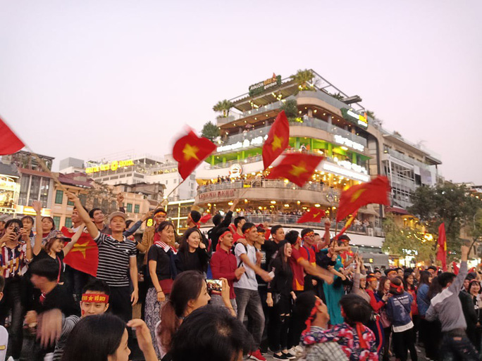 Biển người đổ về hồ Gươm sướng cùng U23 Việt Nam - Ảnh 1.