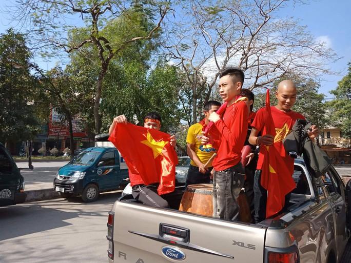 Biển người đổ về hồ Gươm sướng cùng U23 Việt Nam - Ảnh 41.