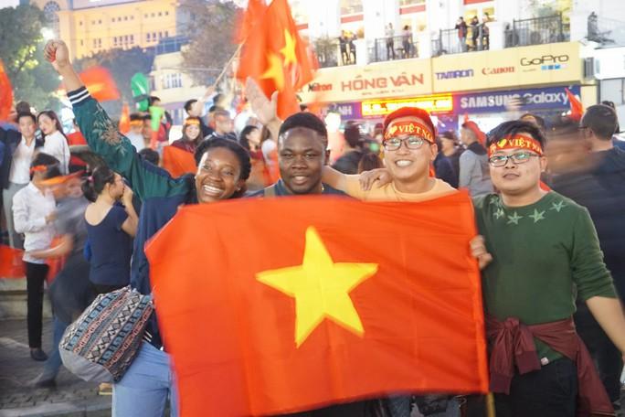 Biển người đổ về hồ Gươm sướng cùng U23 Việt Nam - Ảnh 13.