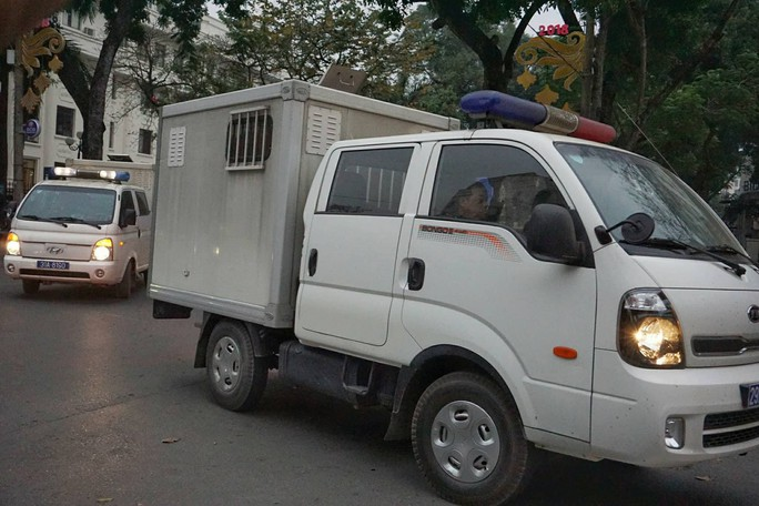 Đoàn xe đưa ông Đinh La Thăng và đồng phạm tới tòa nghe tuyên án - Ảnh 3.