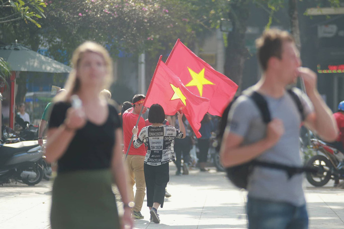 Biển người đổ về hồ Gươm sướng cùng U23 Việt Nam - Ảnh 35.
