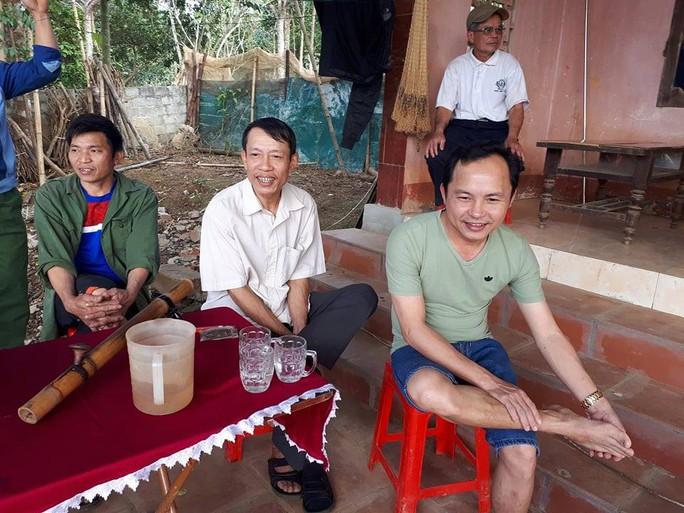 Cha thủ môn Bùi Tiến Dũng mổ lợn đãi dân làng xem U23 Việt Nam - Ảnh 5.