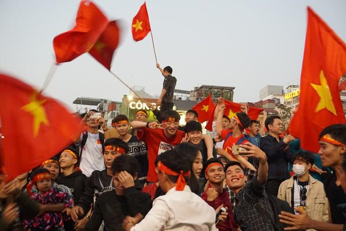 Biển người đổ về hồ Gươm sướng cùng U23 Việt Nam - Ảnh 10.