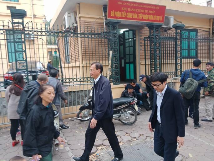 Tòa xử ông Đinh La Thăng: Ông Phùng Đình Thực đi bộ rời tòa sau tuyên án - Ảnh 5.