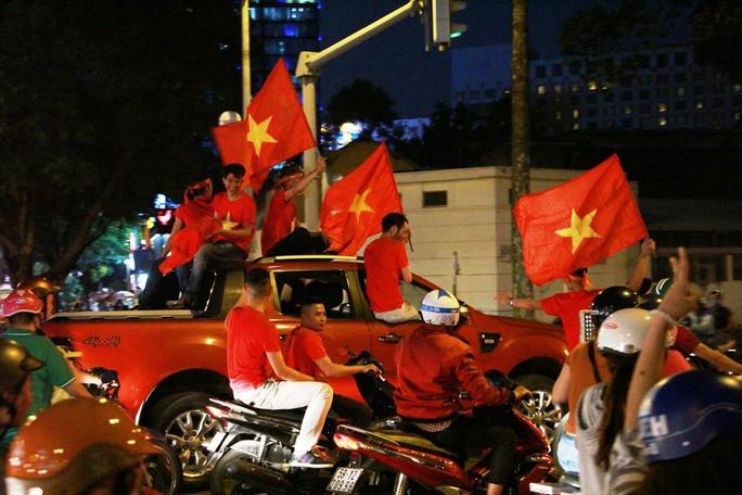 Cả Sài Gòn rực đỏ mừng U23 Việt Nam và HLV Park Hang Seo - Ảnh 9.