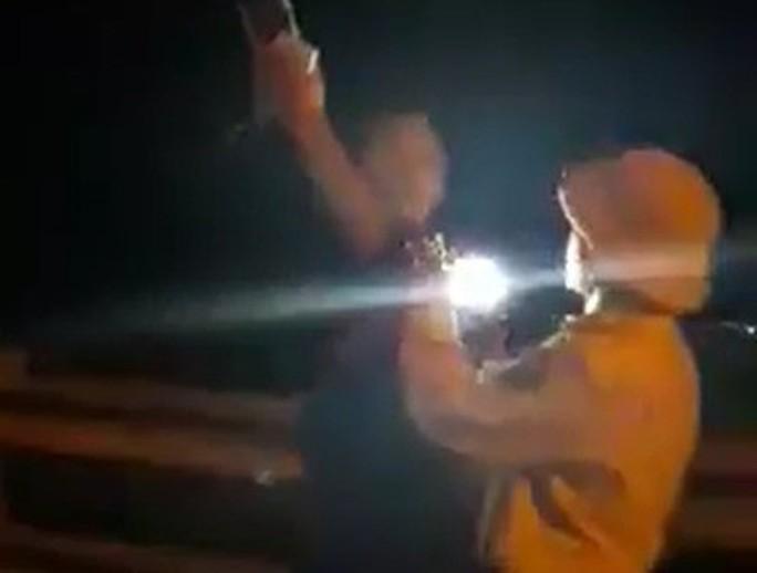Đình chỉ CSGT rọi đèn pin, vung tay với người quay phim - Ảnh 2.