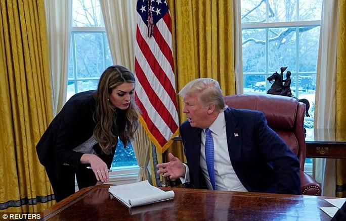 Ông Trump mất nữ phụ tá xinh đẹp - Ảnh 2.
