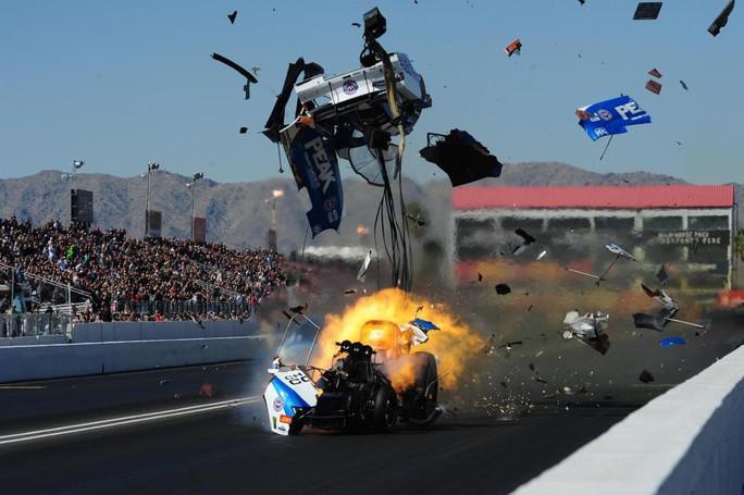 Kinh hoàng cảnh xe đua nổ tung - Ảnh 4.