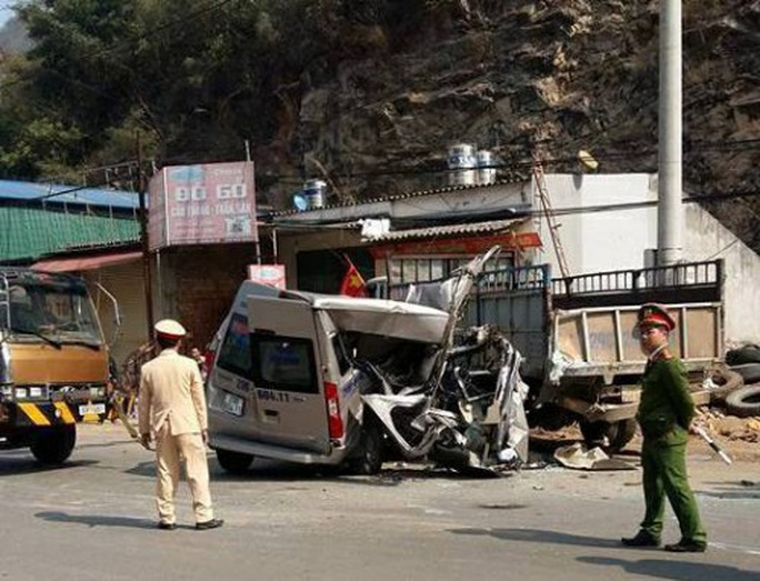 Xe 16 chỗ tông xe tải, 14 người thương vong - Ảnh 1.