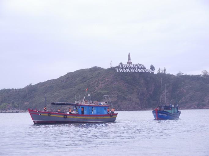 Cứu 4 ngư dân cùng tàu cá gặp nạn giữa sóng to - Ảnh 1.