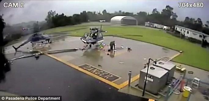 Cận cảnh hai trực thăng cắt cánh nhau tan nát - Ảnh 1.