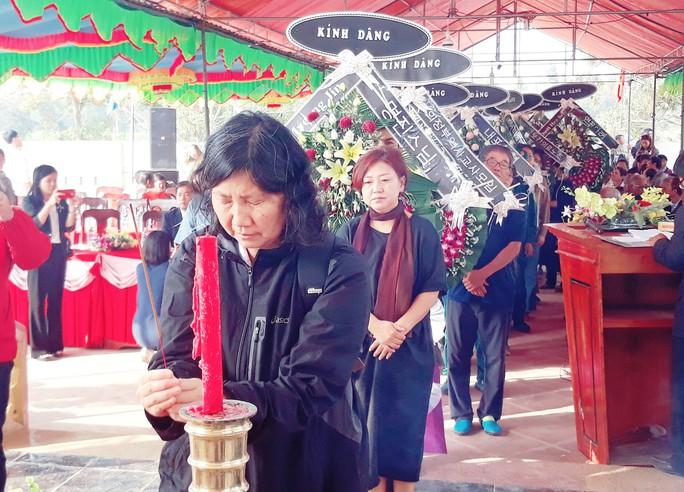 41 người Hàn Quốc cúi đầu tạ lỗi trước bia mộ vụ thảm sát ở Hà My - Ảnh 3.