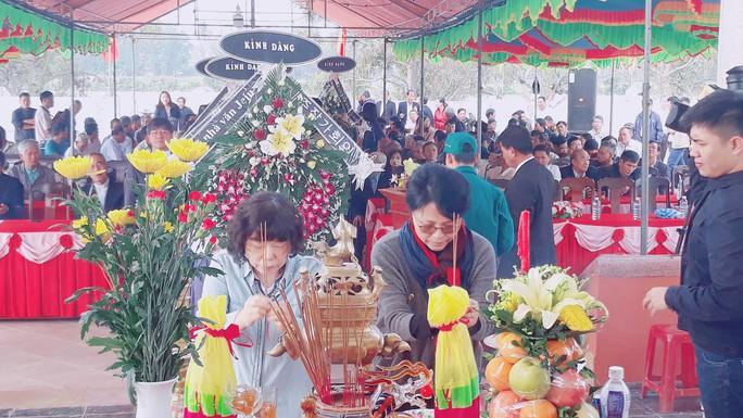 41 người Hàn Quốc cúi đầu tạ lỗi trước bia mộ vụ thảm sát ở Hà My - Ảnh 4.
