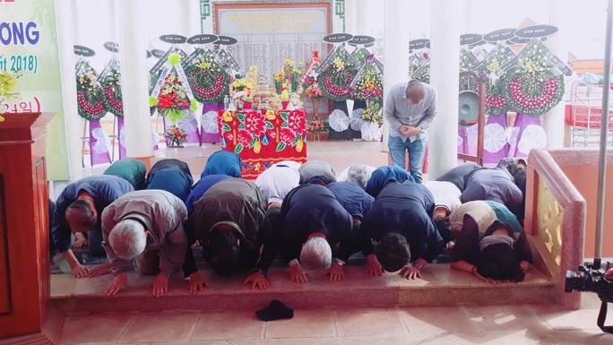 41 người Hàn Quốc cúi đầu tạ lỗi trước bia mộ vụ thảm sát ở Hà My - Ảnh 1.