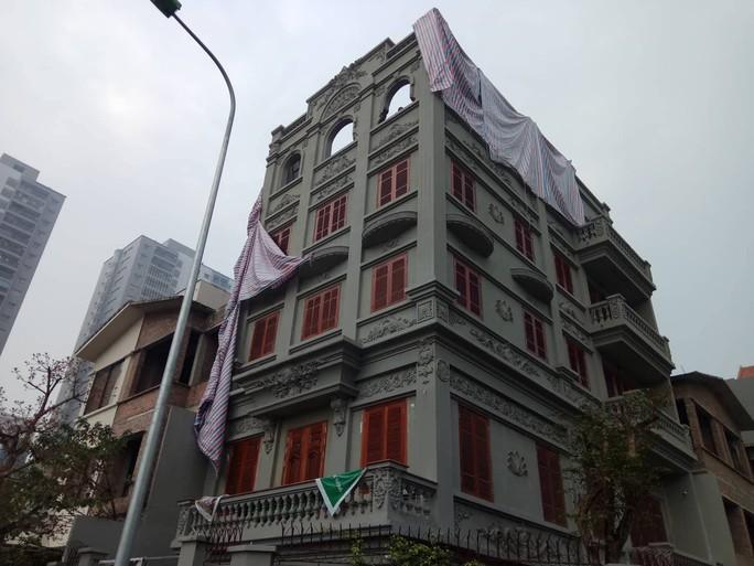 Cưỡng chế phần xây trái phép biệt thự gia đình ông Nguyễn Thanh Hóa - Ảnh 1.