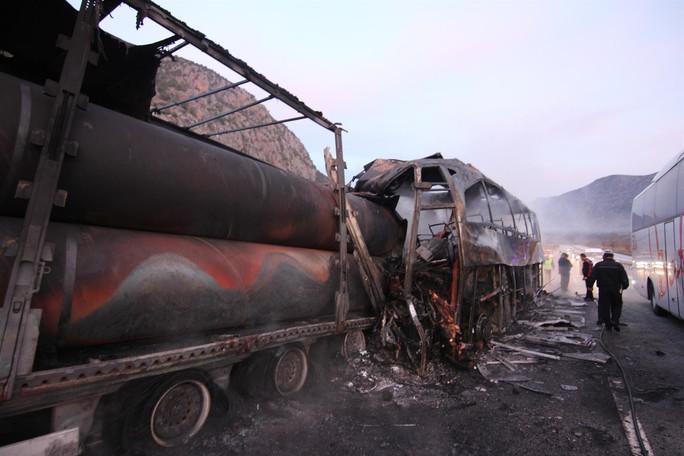 Xe buýt tông xe tải, 33 người thương vong - Ảnh 1.