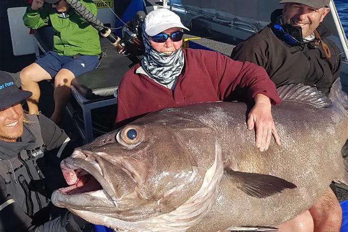 Cụ bà 68 tuổi câu được cá quái vật gần 130 kg - Ảnh 1.