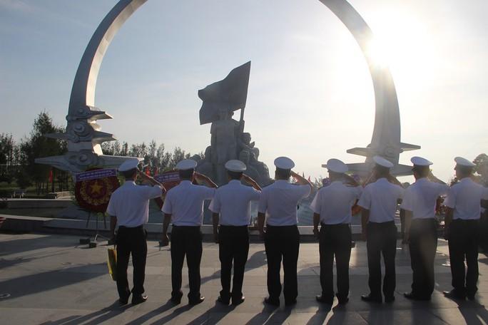 Rơi nước mắt dâng hương tưởng niệm chiến sĩ Gạc Ma - Ảnh 2.