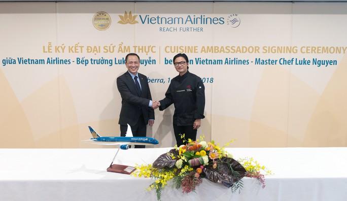 Phù thuỷ ẩm thực Luke Nguyễn trở thành Đại sứ Ẩm thực toàn cầu của Vietnam Airlines - Ảnh 1.