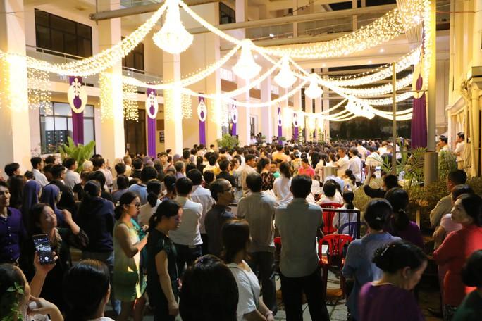 Hàng ngàn người đón linh cữu Tổng giám mục Phaolô Bùi Văn Đọc - Ảnh 3.