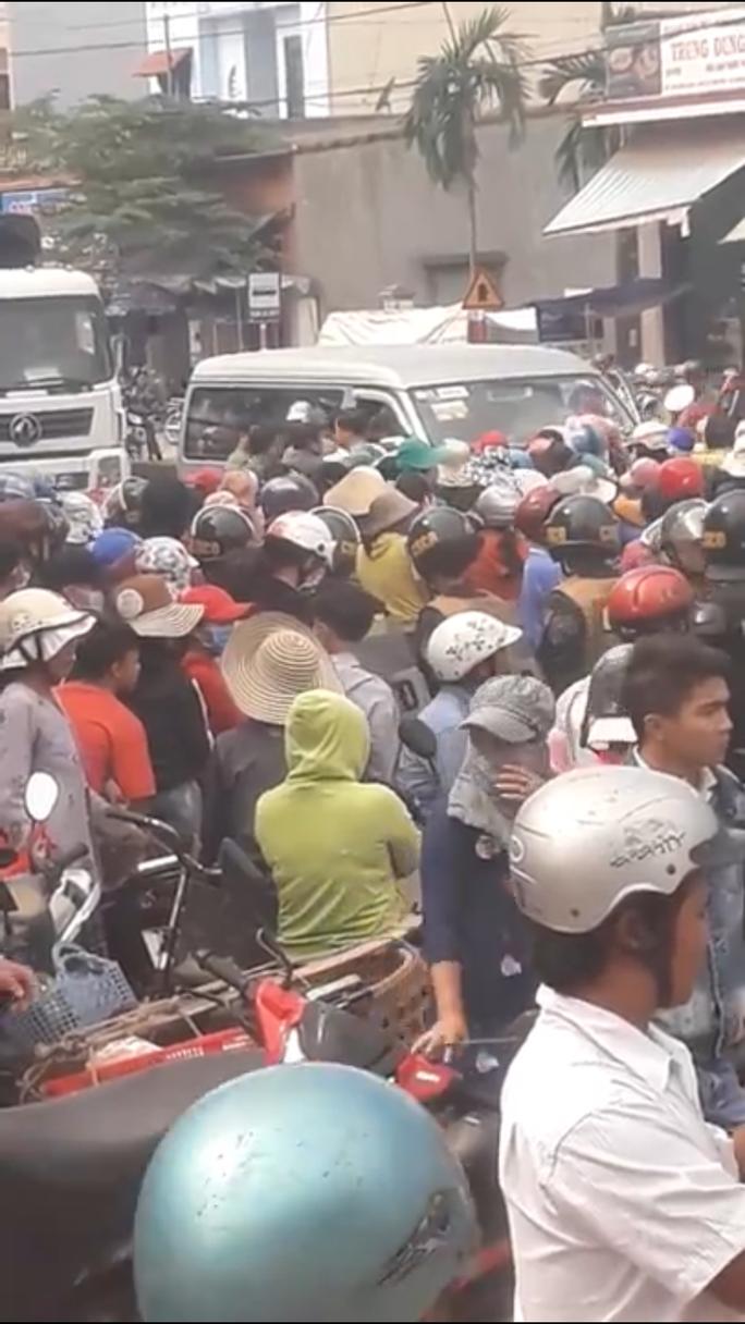 Hàng trăm người dân chặn QL1 để phản đối dự án thủy sản - Ảnh 1.