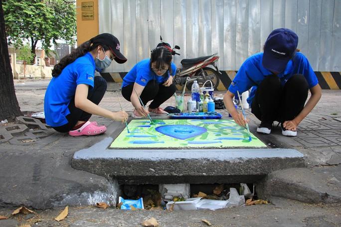 Thay áo mới cho 100 nắp hố ga ở trung tâm Sài Gòn - Ảnh 7.