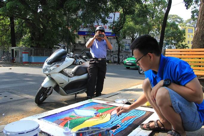 Thay áo mới cho 100 nắp hố ga ở trung tâm Sài Gòn - Ảnh 8.